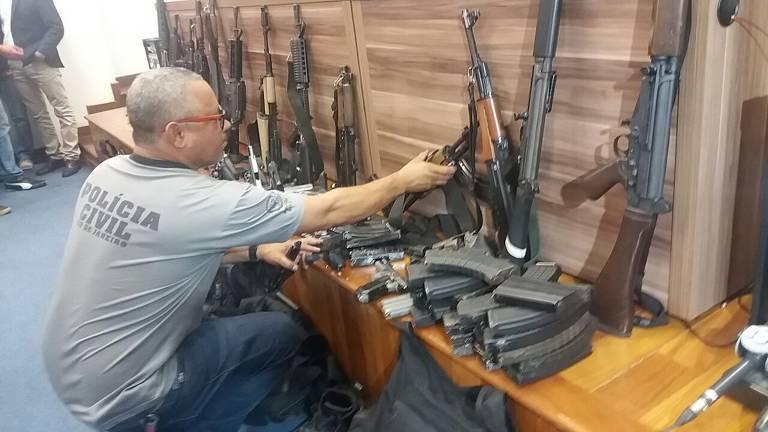 A Polícia Civil do Rio apreendeu 13 fuzis e 19 pistolas em ação prendeu 149 suspeitos de participarem de um grupo de milicianos em Santa Cruz, zona oeste do Rio