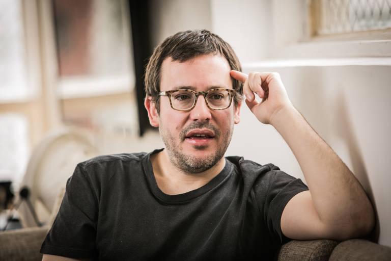O escritor, roteirista e colunista da Folha Antonio Prata em sua casa, na Zona Central de São Paulo, em outubro de 2016