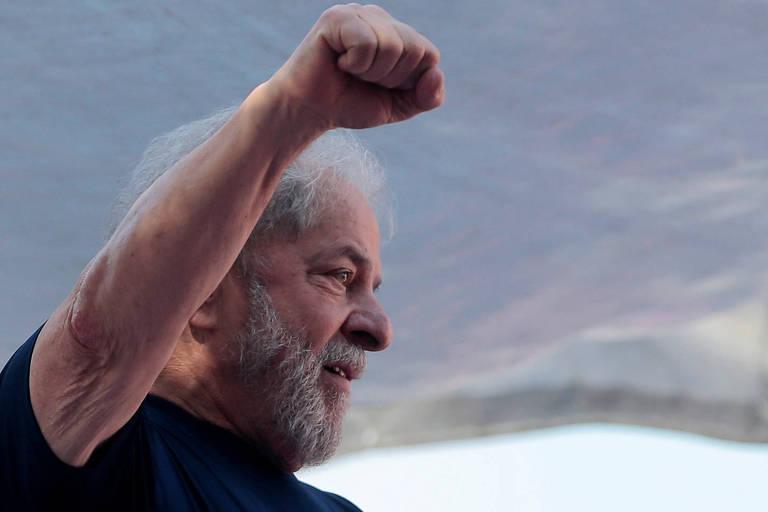 Ex-presidente Luiz Inácio Lula da Silva ergue o braço em frente ao Sindicato dos Metalúrgicos do ABC, em São Bernardo do Campo, durante ato em homenagem à ex-primeira-dama Marisa Letícia