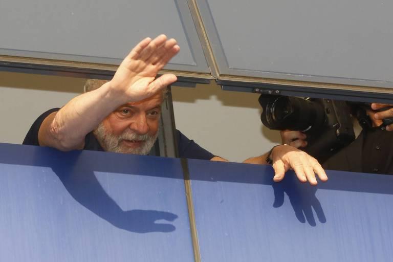 Ex-presidente Lula acena da janela do Sindicato dos Metalúrgicos do ABC, em São Bernardo do Campo (SP), horas antes de se entregar à Polícia Federal
