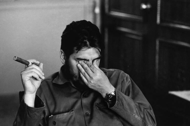 Foto de Che Guevara feita por Rene Burri mostra o líder revolucionário apertando com a mão esquerda os olhos e segurando na direita um charuto