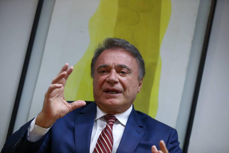 O senador Alvaro Dias (Podemos-PR), pré-candidato à Presidência da República, gesticula durante entrevista em seu gabinete, em março