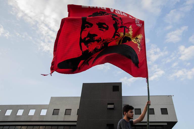 Apoiador do ex-presidente Lula durante ato na porta da Policia Federal de Curitiba