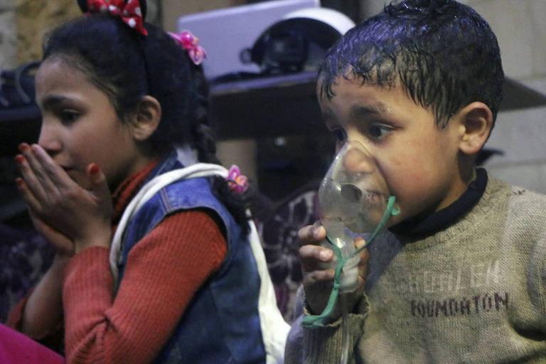 Crianças são atendidas após ataque químico atribuído ao regime Assad na cidade síria de Duma em abril