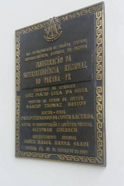 Placa no prédio da Superintendência da PF em Curitiba com o nome de Lula