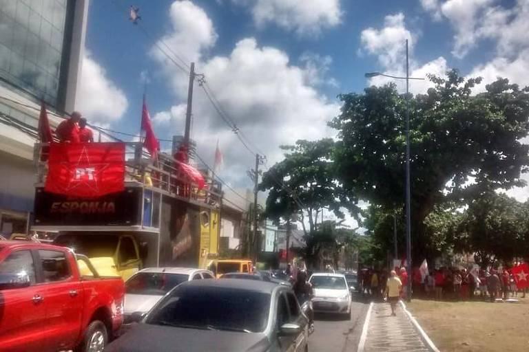 Grupo de militantes petistas faz carreata na orla de Salvador em apoio a Lula