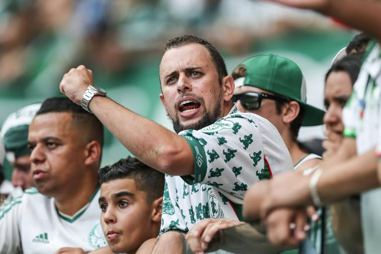 Torcedores do Palmeiras acompanham partida contra o Corinthians, no Allianz Parque, pelo segundo jogo da final do Campeonato Paulista