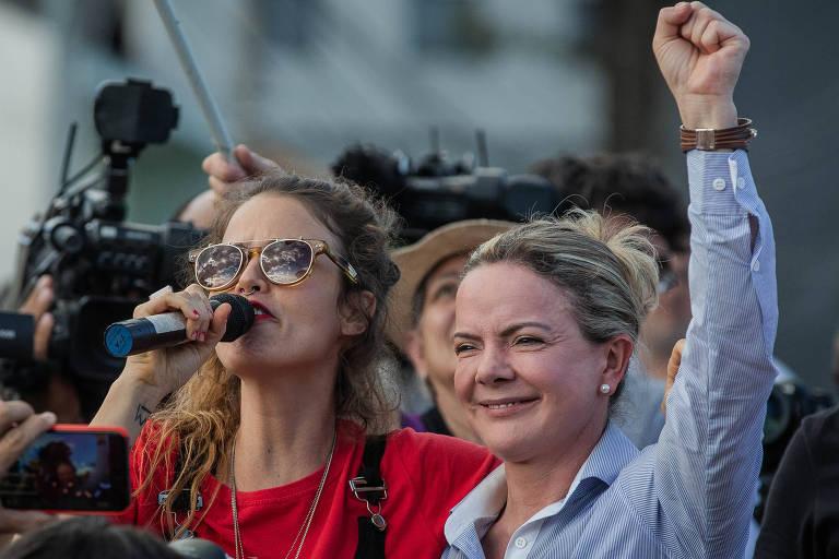 A cantora Ana Cañas com a senadora Gleisi Hoffmann, durante apresentação para grupo do MST, que esta acampado ao redor da Superintendência da PF Curitiba