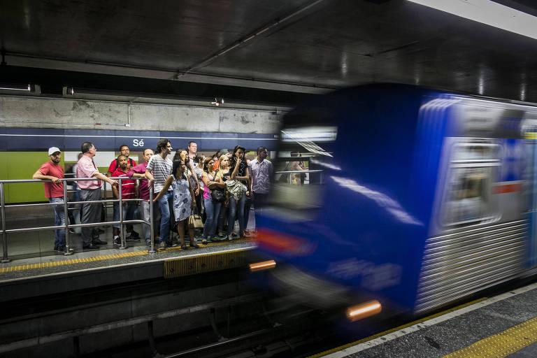 Movimento de passageiros na plataforma da estação Sé do metrô, linha 1-azul