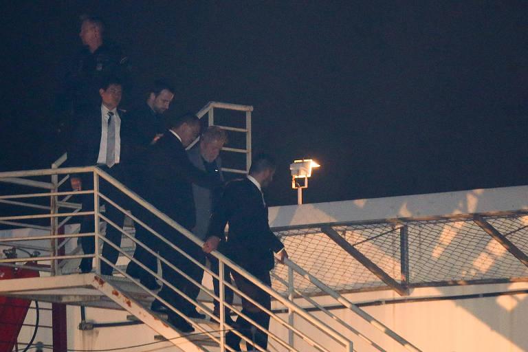 Escoltado por agentes, Lula chega ao prédio da Polícia Federal em Curitiba