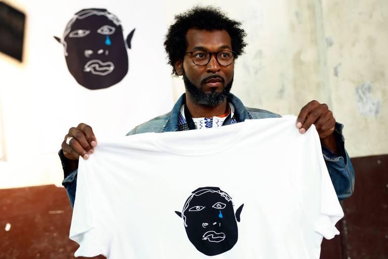 """Mouhamed, um senegalês membro do """"Sindicato Popular de Vendedores Ambulantes"""" em Barcelona mostra uma das criações do """"Top Manta"""", em 6 de abril de 2018"""
