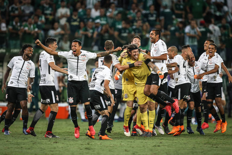 Após o Corinthians conquistar o título estadual de 2018 no Allianz Parque, jogadores alvinegros se abraçam e comemoram no gramado
