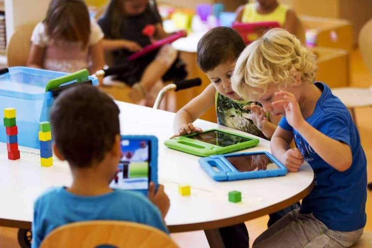Crianças brincam com iPads na Holanda