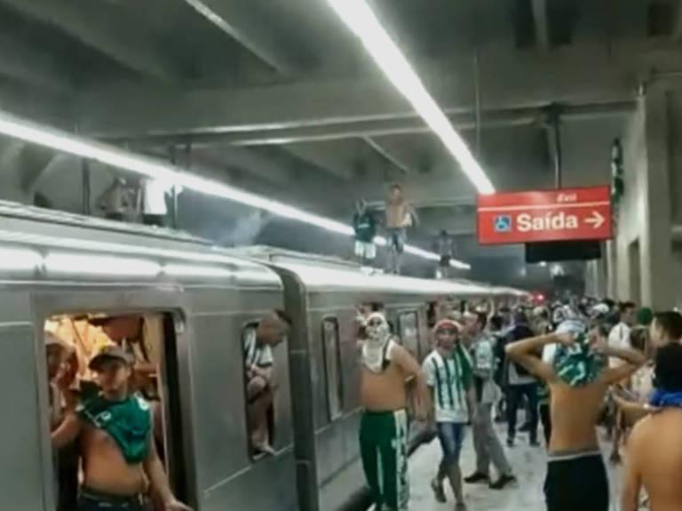 Torcedores palmeirenses sobem em cima de vagão e quebram janelas na estação Palmeiras-Barra Funda da Linha 3-Vermelha do Metrô