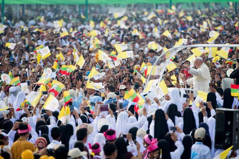 O papa Francisco acena do papamóvel antes de celebrar missa em Yangon, Mianmar; religioso visitou o país em meio à crise dos rohingya