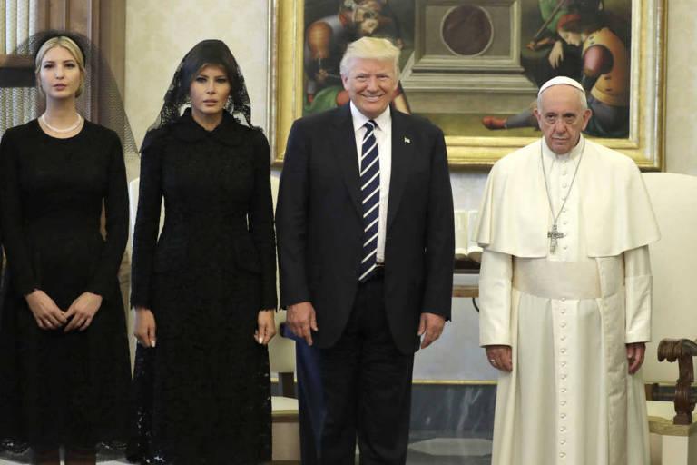 O presidente dos EUA, Donald Trump, ao lado da primeira-dama Melania Trump e de sua filha Ivanka Trump, se encontra com o papa Francisco no Vaticano