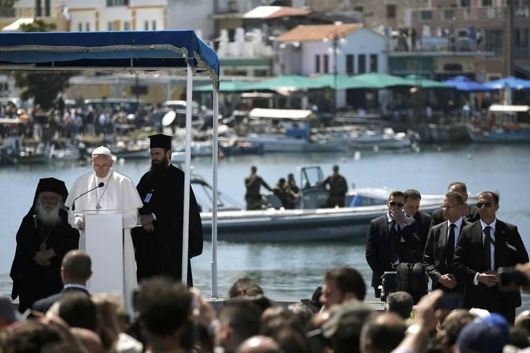 O papa Francisco discursa no porto da ilha de Lesbos, na Grécia, importante ponto de chegada de refugiados