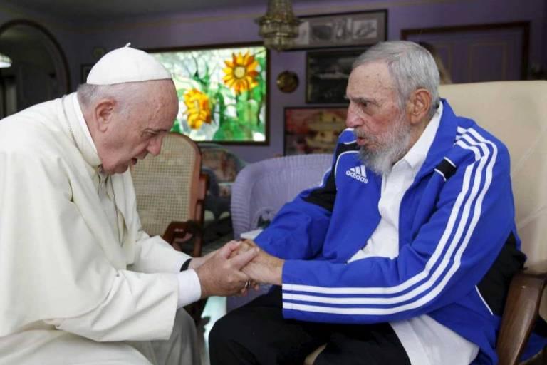 O papa Francisco, à esquerda, e o ex-ditador cubano Fidel Castro se cumprimentam em Havana, durante visita a Cuba
