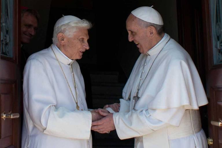 O papa Francisco, à direita, cumprimenta o papa emérito Bento 16 em monastério onde o religioso vive após renunciar ao papado