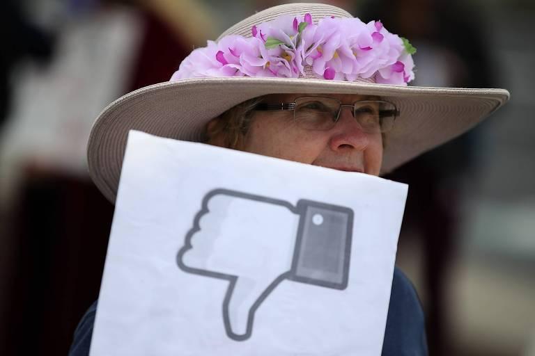 Mulher participa de protesto em frente à sede do Facebook em Menlo Park, Califórnia