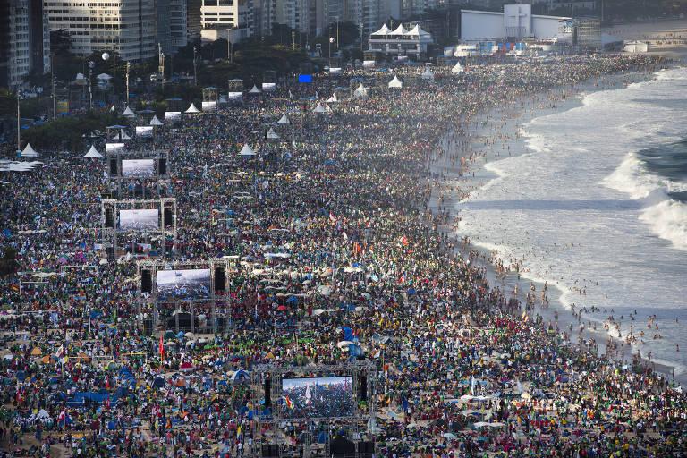 Fiéis se reúnem na praia de Copacabana para a chegada do papa Francisco para o Dia Mundial da Juventude, no Rio de Janeiro
