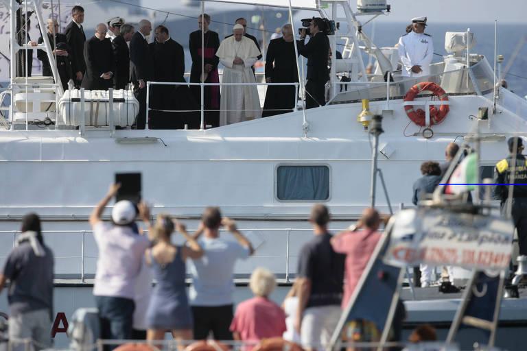 Papa Francisco chega de barco para visita à ilha de Lampedusa, na Itália, local chave de milhares de imigrantes da África que querem chegar à Europa