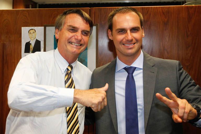 O presidenciável Jair Bolsonaro ao lado do filho Eduardo, reeleito deputado federal
