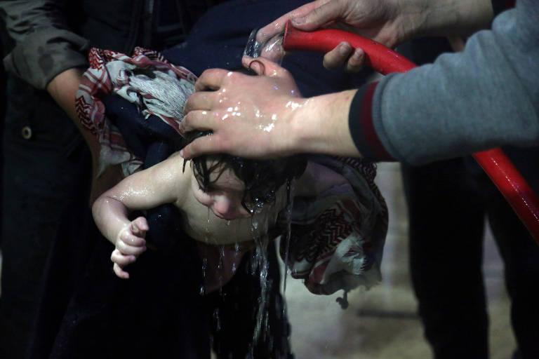 Criança que teria sido vítima de ataque com arma química é tratada em hospital em Duma, na Síria