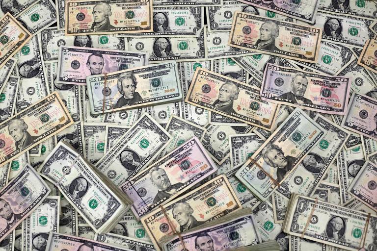 Dólar opera com leves oscilações e segue acima de R$ 3,40