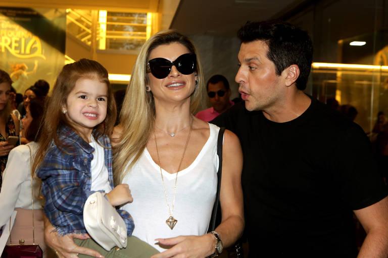 Mirella Santos com o marido, Wellington Muniz, e a filha, Valentina