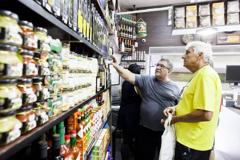 Clientes fazem compras em mercado no centro de São Paulo