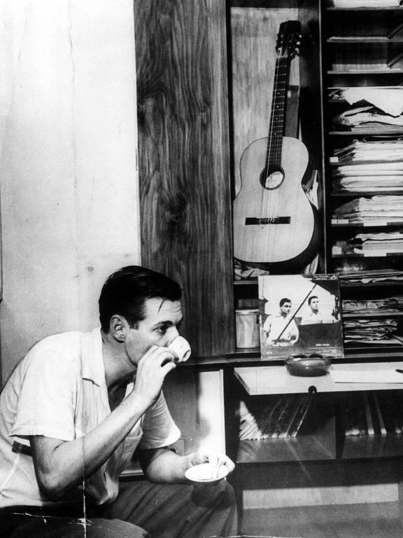 Tom Jobim, responsável pelos arranjos do álbum, em registro de 1958