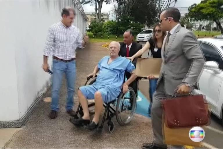 Debilitado, Paulo Maluf chega de cadeira de rodas e avental hospitalar a São Paulo para cumprir prisão domiciliar