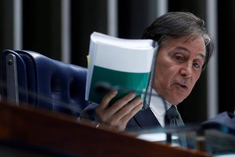 O presidente do Senado, Eunício Oliveira (MDB-CE), levanta a Constituição da mesa do plenário do Senado