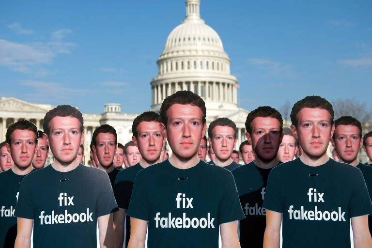 Centenas de totens do fundador do Facebook, Mark Zuckerberg, na área externa do Capitólio, em Washington