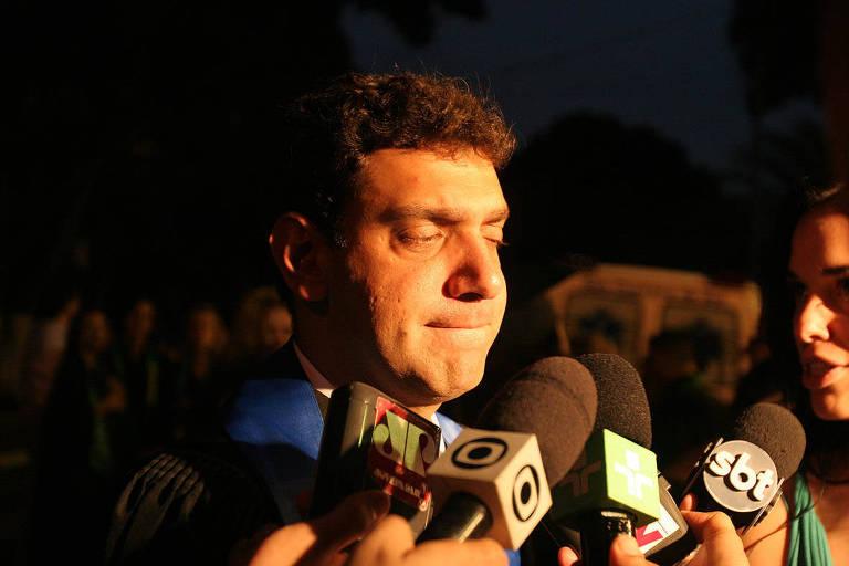 Marcos Claudio Lula da Silva dando entrevista para jornalistas