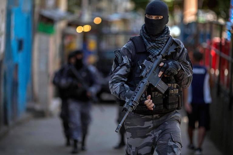 Militares fazem patrulhamento na favela da Rocinha, no Rio