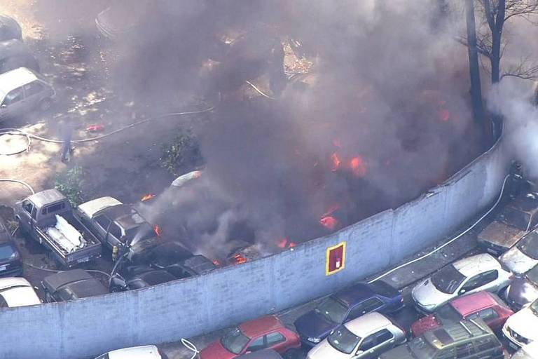 Foto mostra fogo destruindo carros de pátio da CET em São Paulo