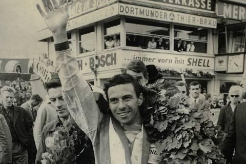 Jim Clark festeja após conquistar o bicampeonato da F-1 (Foto: 1°.ago.1965- Associated Press)