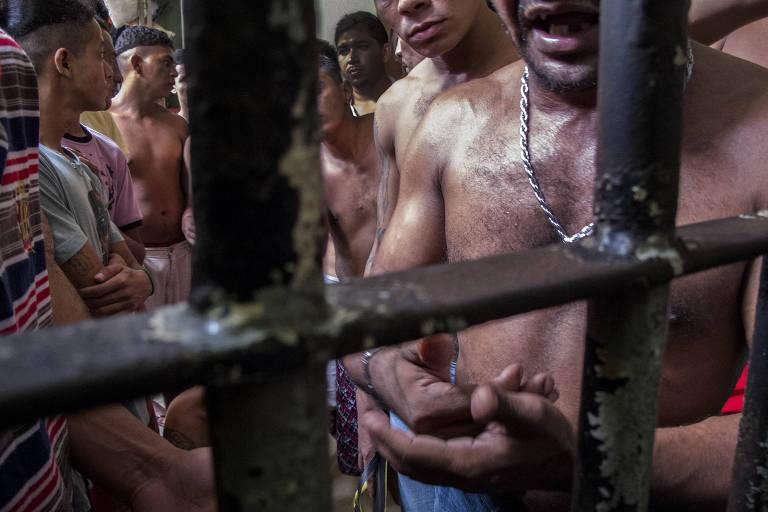 Grupo de detentos em um cela em presídio do Complexo Penitenciário de Pedrinhas, em São Luís (MA)