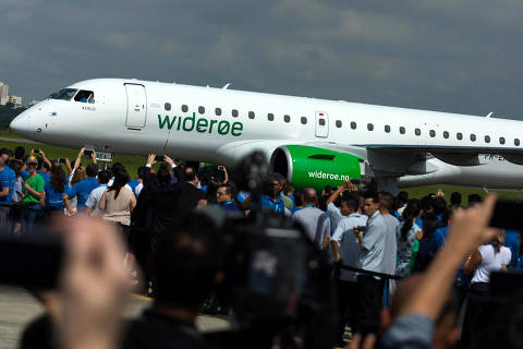 The E2-190 jet is seen during a ceremony as Embraer delivers first jet to Norway's Wideroe at the company's headquarters in Sao Jose dos Campos, Brazil April 4, 2018. REUTERS/Roosevelt Cassio ORG XMIT: SJC05