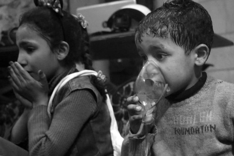 Criança recebem oxigênio por meio de respiradores após suposto ataque com gás venenoso na cidade de Douma perto de Damasco na Síria