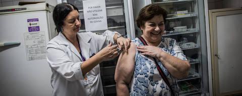 SAO PAULO, SP, BRASIL, 05-06-2017:  A baixa adesão à imunização contra gripe levou o Ministério da Saúde a liberar a vacina para mais grupos da população a partir desta segunda (5) até a próxima sexta (9). Na foto, a auxiliar de enfermagem Rosangela Parquetta (53) aplica a vacina na contadora Gilda Maria Charetti (64), na Unidade Básica de Saúde (UBS) Parque da Lapa.  (Foto: Bruno Santos/ Folhapress) *** FSP-COTIDIANO *** EXCLUSIVO FOLHA***