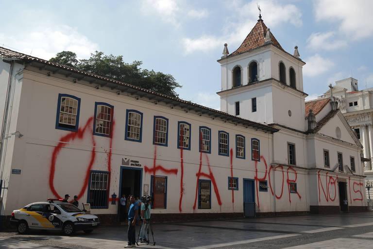 Fachada do Pateo do Collegio, no centro de São Paulo, amanheceu pichado na última terça-feira (10)