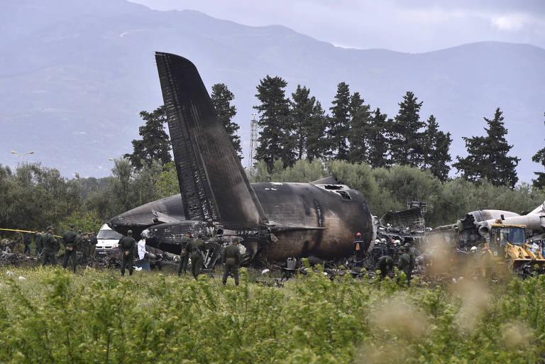 Soldados participam do resgate do avião militar que caiu próximo a Argel, capital argelina