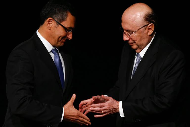 Eduardo Guardia  e Henrique Meirelles se cumprimentam na cerimônia de posse do novo ministro da Fazenda