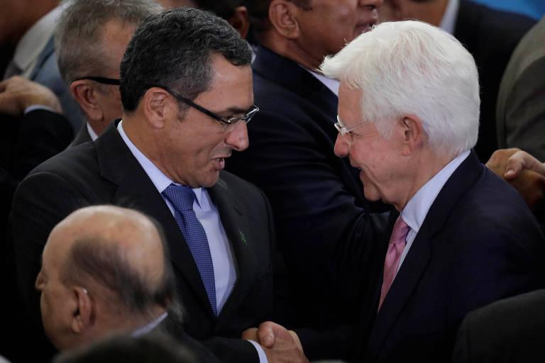 O novo ministro da Fazenda, Eduardo Guardia, cumprimenta o novo chefe das Minas e Energia, Moreira Franco, durante posse de ministros