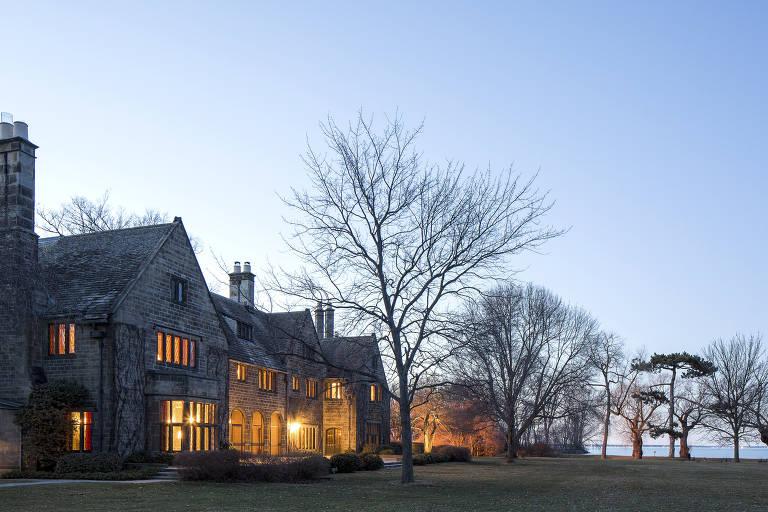 Jardim e casa do filho único do barão do automóvel Henry Ford, no subúrbio de Detroit