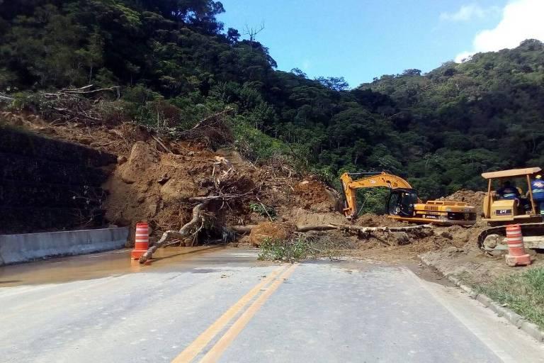 Mogi-Bertioga fica totalmente bloqueada após deslizamento de terra (11.abr.2018)