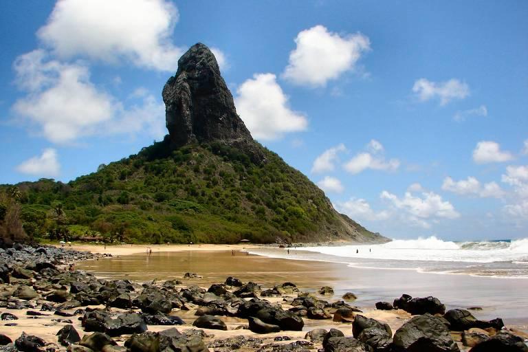 Em primeiro plano está a praia da Conceição. Parte da faixa de areia é coberta de rochas. Ao fundo, está o morro do Pico, uma rocha com 320 metros de altura. A base do morro é coberta por floresta